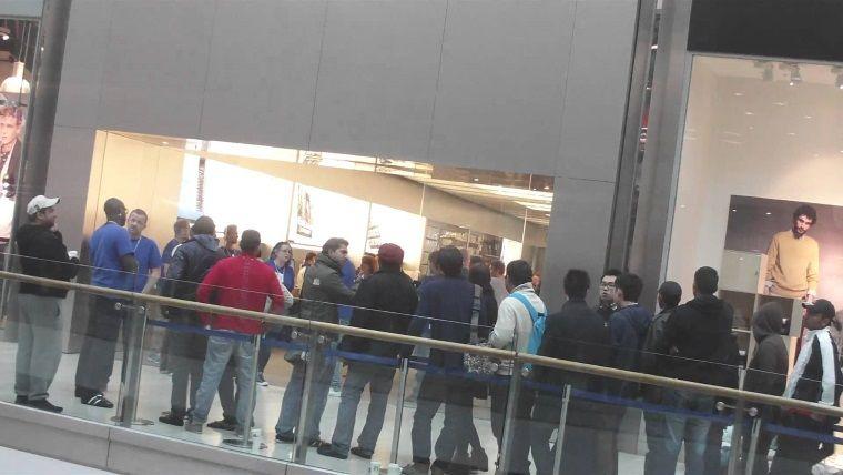 iPhone X için İstanbul'da gece yarısı kuyrukları oluştu