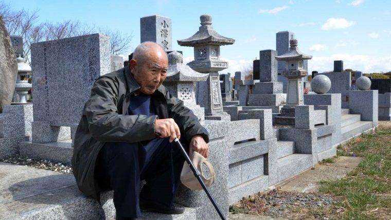 Yaşlı bir oyuncu, ölen karısının mezarında Pokemon yakaladı