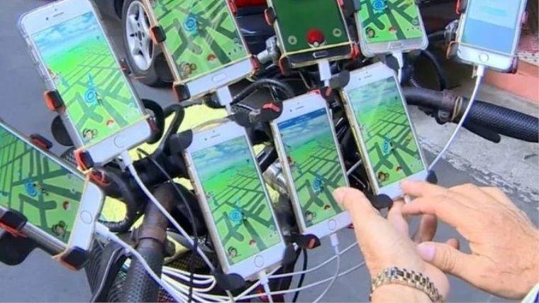 70 yaşındaki oyuncu 11 telefonla birlikte Pokemon Go oynuyor