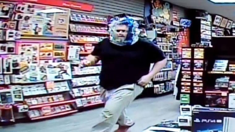 Kafasına poşet geçiren adam, tekmeyle oyun mağazasını bastı