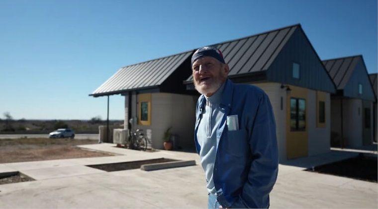 Dünya'da ilk: 3D yazıcı ile yapılan evde yaşayan 70 yaşındaki evsiz adam