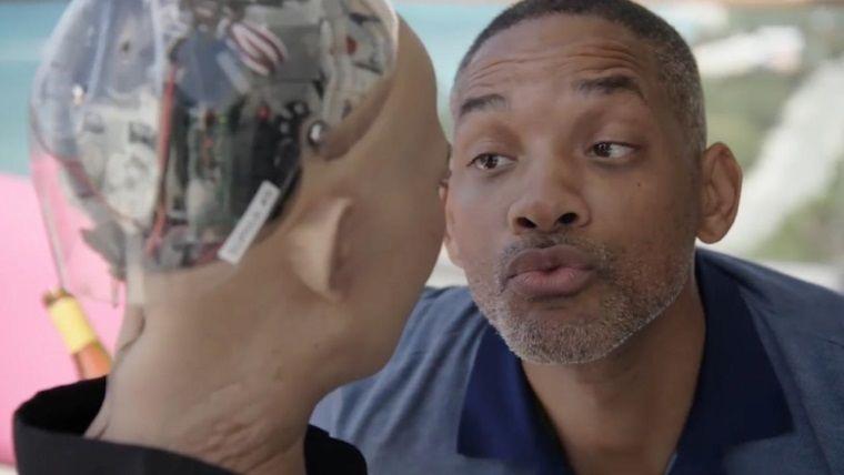 Robot Sophia ile flörtleşen Will Smith ağzının payını aldı