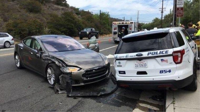 Tesla'nın akıllı aracı bu sefer de polis aracına çarptı